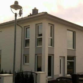 Projekt: 2012-2013. Bodentiefe Weru Fenster und große Treppenhausverglasung mit Sicherheitsglas. Architekt: Lutz Stöckigt